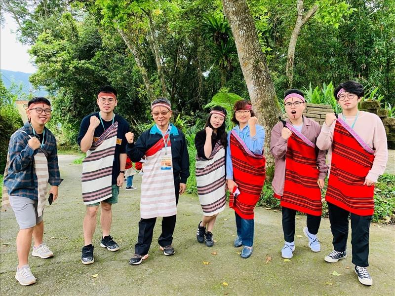 王高成國際副校長與應屆畢業的陸生一起體驗穿著泰雅族服飾