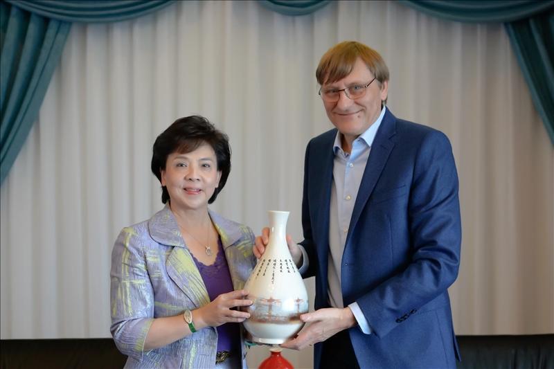4-108年11月19日上午Dr. Benoit Pertame (右)拜會張家宜董事長(左),董事長致贈彩繪宮燈教室意象的花瓶紀念品。(馮文星攝影)