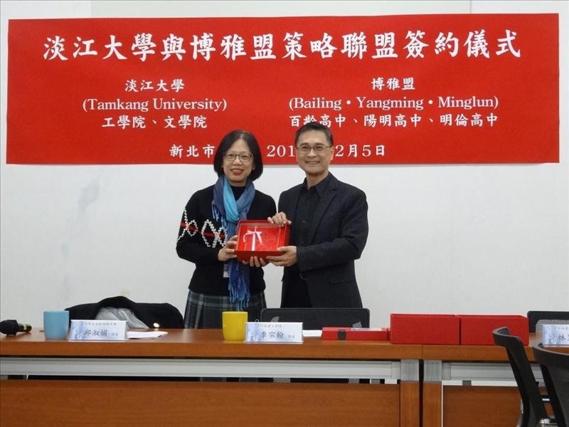 工學院李宗翰院長(右)致贈紀念品給百齡高中邱淑娟校長(左)。(圖/文學院提供)