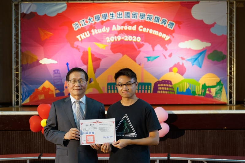 校長頒獎給參加海外學習心得分享徵文獲獎的同學(3)