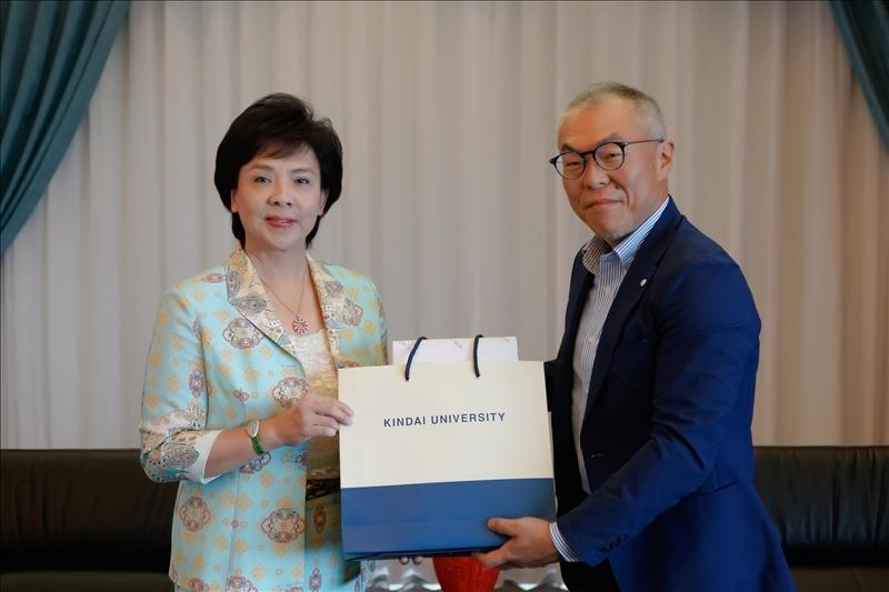 7-世耕石弘總務部長(右)贈送張家宜董事長(左)禮品。(馮文星攝影)