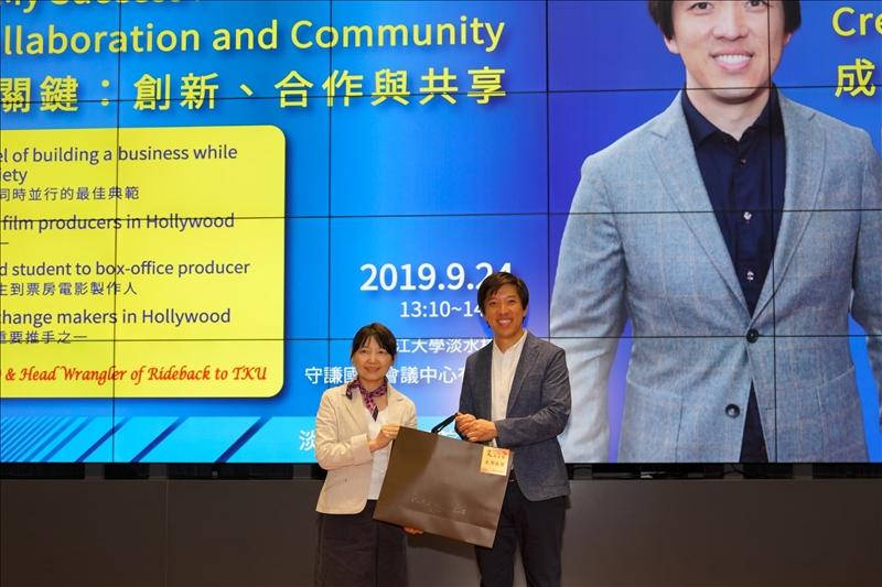 18-文學院林呈蓉院長致贈禮品給Mr. Dan Lin,表達感謝之意。(馮文星攝影)