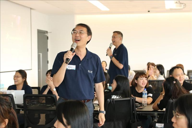 林俊宏學務長獻唱「流浪到淡水」,歡迎各校學務同仁蒞臨。