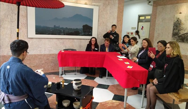 澳洲西雪梨參訪團巧逢茶道研究活動,體驗日式和菓子點心及茶道文化。(圖/國際暨兩岸交流處)