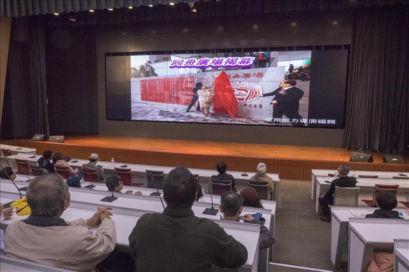 校友們在守謙國際會議中心有蓮廳觀賞該大樓興建的歷程(方承宥拍攝