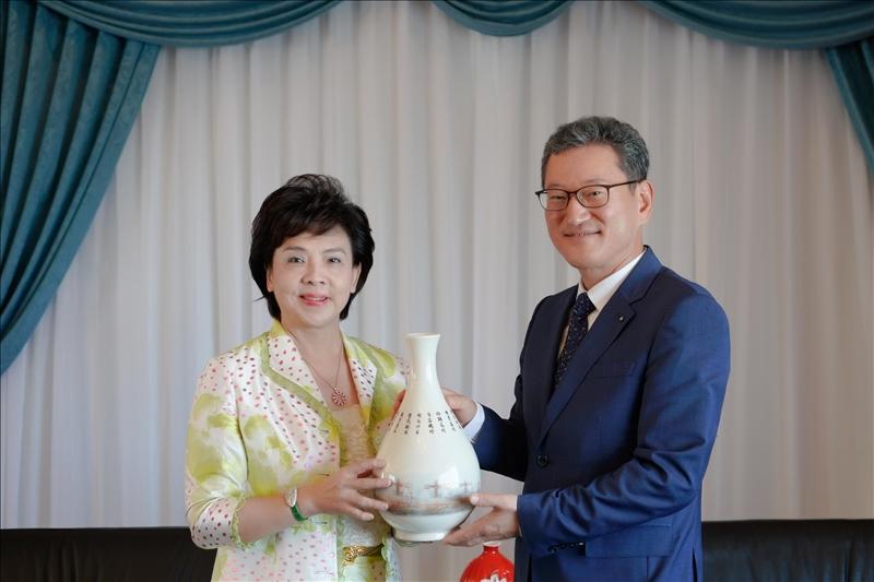 7-108年10月22日上午Dr. Yong Jin Kim (右)拜會本校張家宜董事長(左),董事長致贈彩繪宮燈教室意象的花瓶紀念品。(馮文星攝影)
