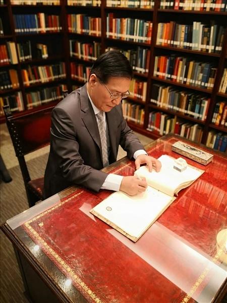 13-葛煥昭校長於韓國明知大學貴賓接待會館簽名留念(國際處提供)