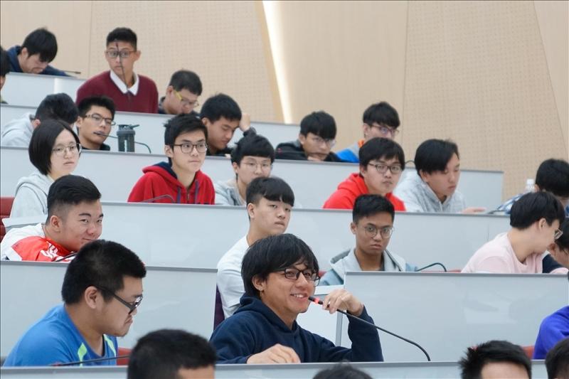 15-第16場「熊貓講座」演講會場,學生提問。(馮文星攝影)