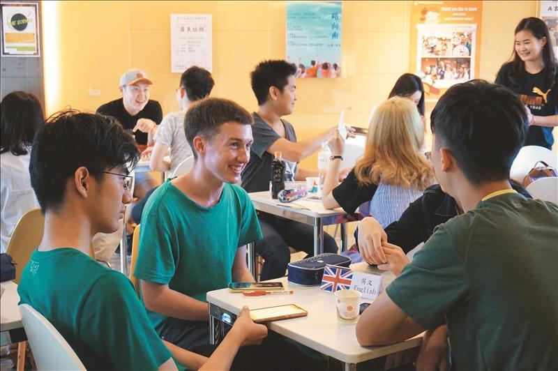 驚聲大樓10樓Chat Corner幫助學生勇敢說外語。(圖/淡江時報社資料照)