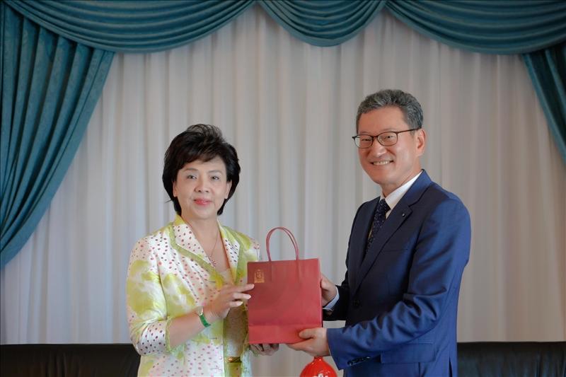 8-Dr. Yong Jin Kim(右)贈送張家宜董事長(左)韓國紅蔘禮品。(馮文星攝影)
