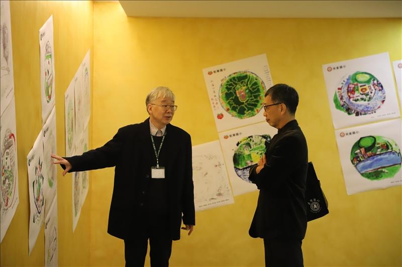 建築系黃瑞茂老師(圖左)向特別前來的宏盛建設總經理陸永富(圖右)介紹魚眼圖成果