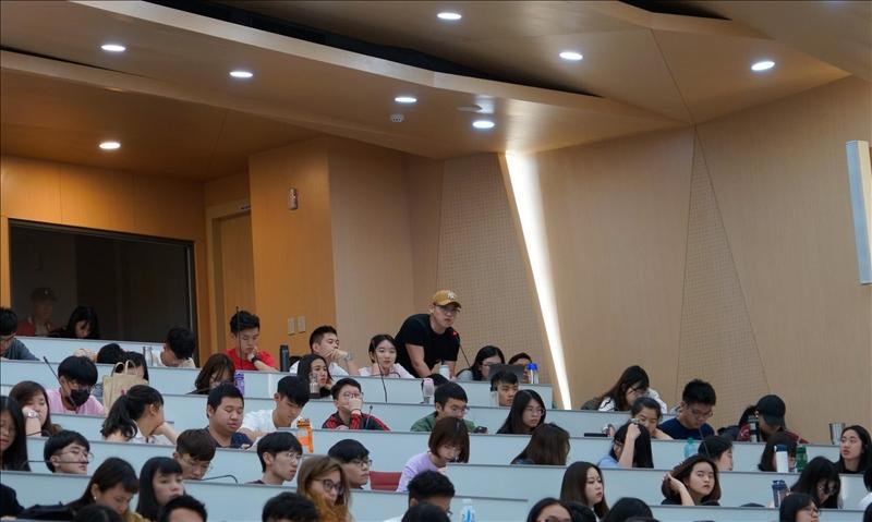 演講會場,師生提問。(3)