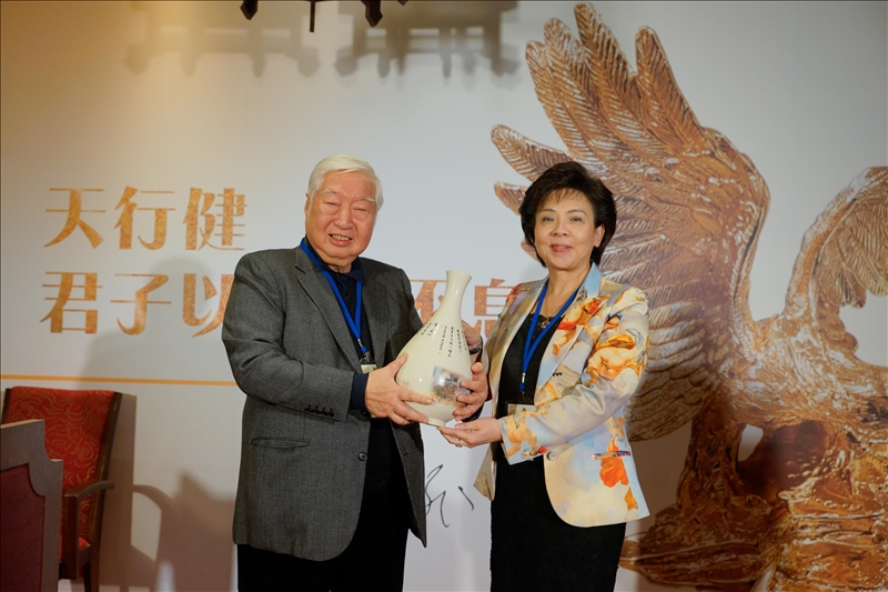 張家宜董事長(右)贈送印有校歌的花瓶給陳飛龍學長(左)