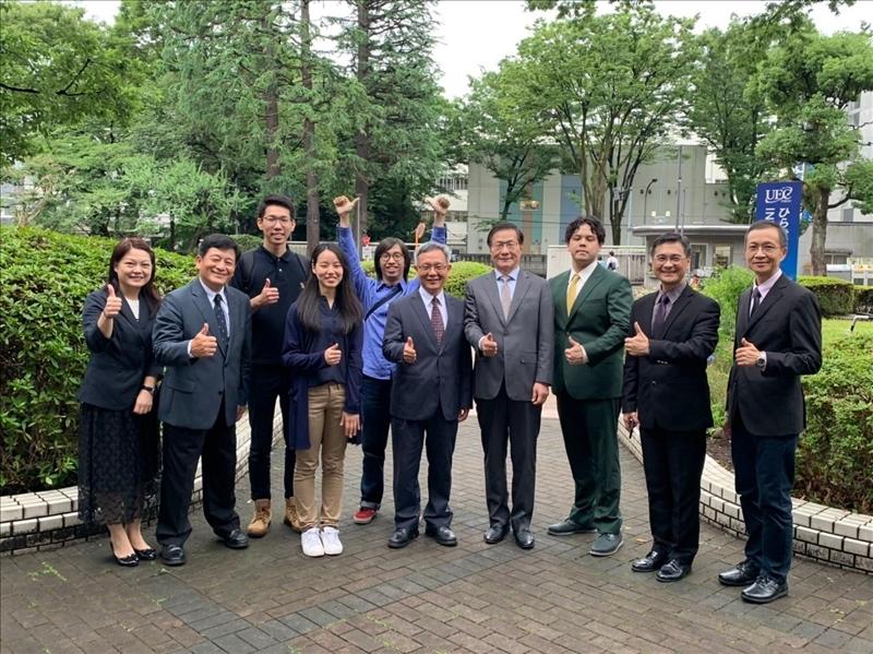 11-本校參訪團與目前在日本姊妹校電氣通信大學攻讀博士學位及交換研習的學生,一起參觀該校校園。