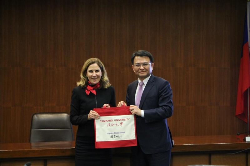 本校學術副校長何啟東(右)致贈西雪梨大學副校長Dr. Denise紀念品。(圖/國際事務暨兩岸交流處提供)