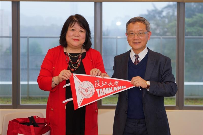 王高成國際副校長致贈本校學術交流錦旗給斯坦尼斯洛斯分校校長Dr. Ellen Junn