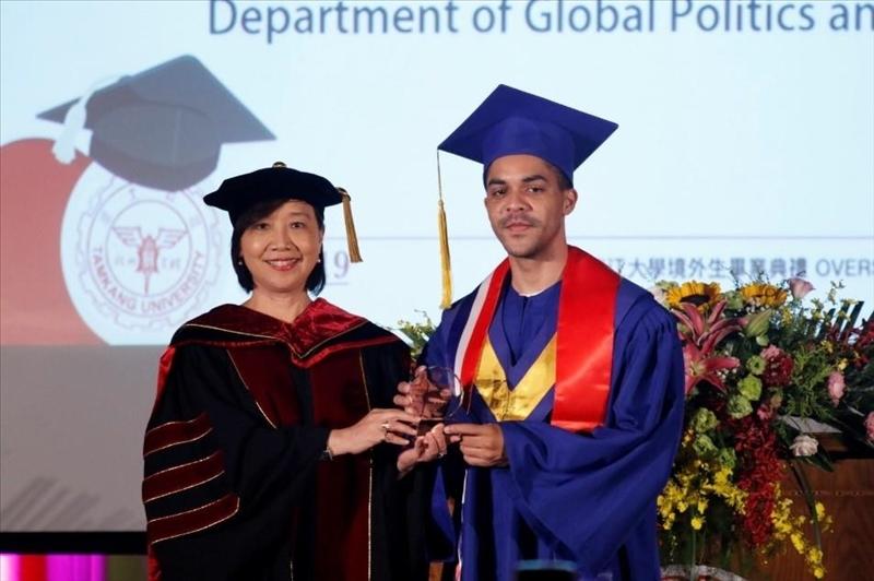 陳小雀國際長頒發學習楷模獎給蘭陽校園的學生
