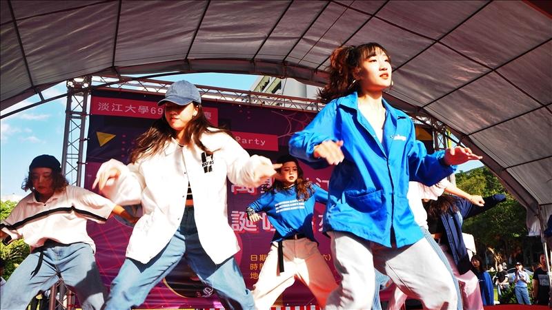 本校69週年校慶園遊會以「萬聖淡江 誕哩歸來」為名,於11月2日在書卷廣場和海報街熱情登場。會中邀請到熱舞社帶來精采演出。(攝影/劉芷君)