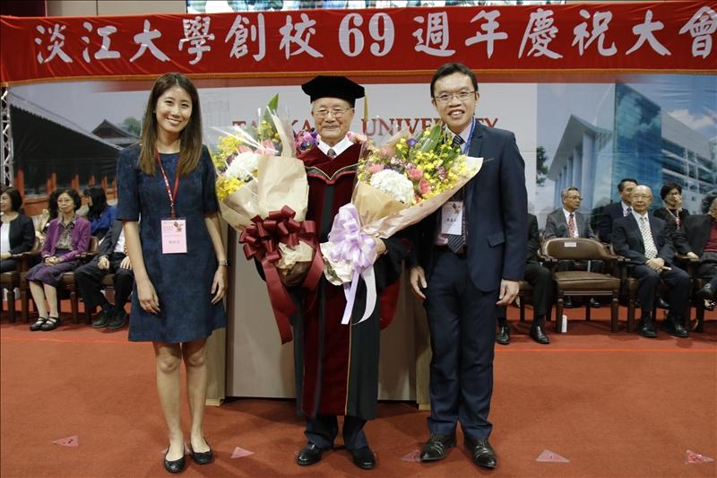 69週年校慶慶祝大會頒發本校首位名譽博士、永光化學集團榮譽董事長陳定川(中)。(攝影/高振元)