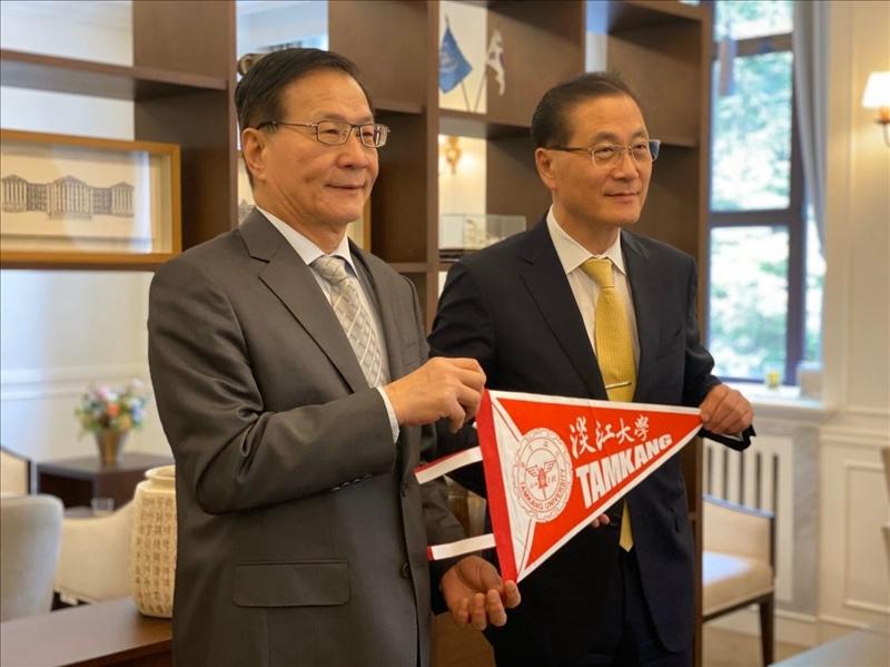 7-1-108年10月1日上午,葛煥昭校長訪問韓國慶熙大學,致贈本校交流旗誌給該校代理校長Dr. Young Guk Park。(國際處提供)