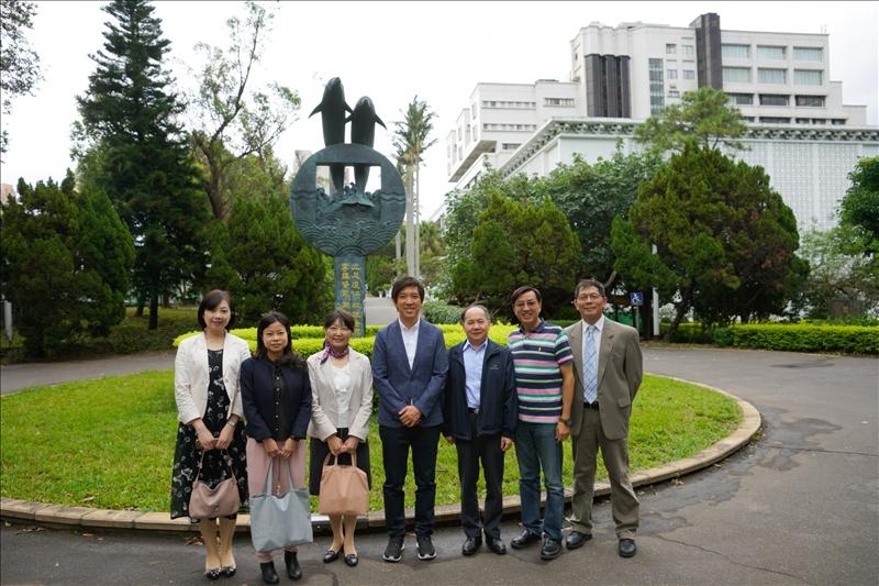 6-文學院林呈蓉院長(左3)及5位系主任陪同Mr. Dan Lin(中)參觀校園-2(馮文星攝影)