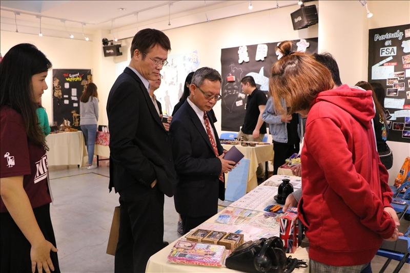 各國境外學生向參觀者介紹所屬國家文物。(3)