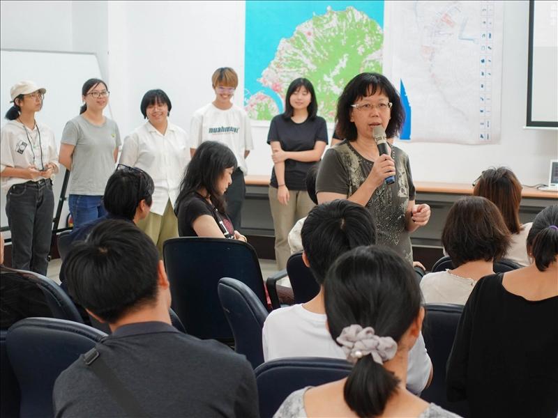 18-淡水古蹟博物館柏麗梅館長給予學生回饋意見