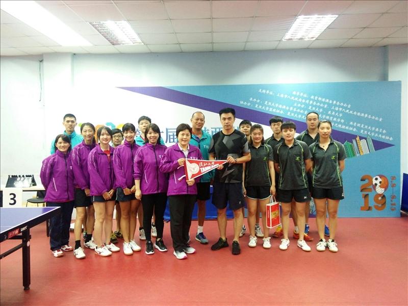 15-本校桌球隊與南京大學於賽後交換禮物並合影。