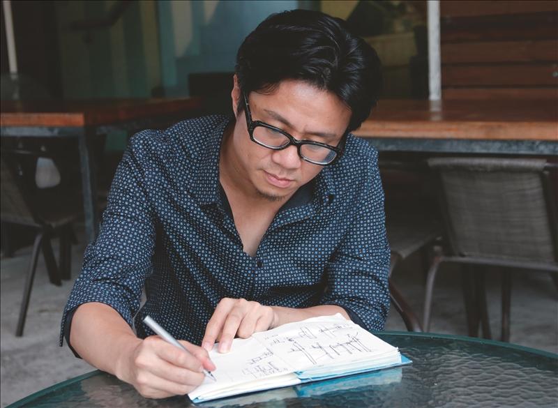 建築系校友顏文豪喜歡隨身帶著塗鴉本,靈感乍現時信筆畫下,不讓創意在俯拾間流失。(攝影/淡江時報社潘劭愷)