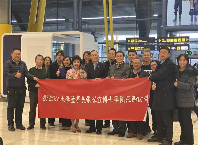 1-本校訪問團抵達西班牙馬德里巴拉哈斯機場,由駐西班牙代表處劉德立大使(前排中)、西班牙淡江校友會金拱辰會長(左2)親自接機。