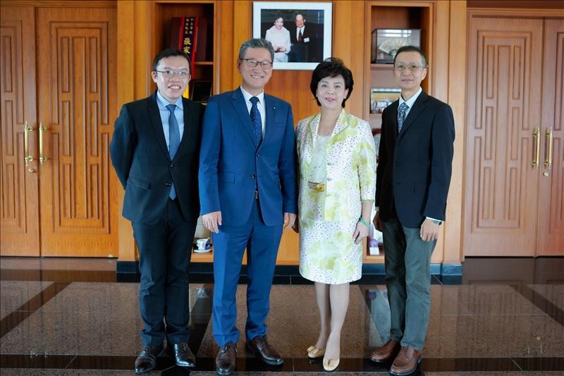 10- Dr. Yong Jin Kim拜會董事長,並與陪同人員合影,左起:國企系孫嘉祈主任、Dr. Yong Jin Kim、張家宜董事長、商管學院蔡宗儒院長。(馮文星攝影)