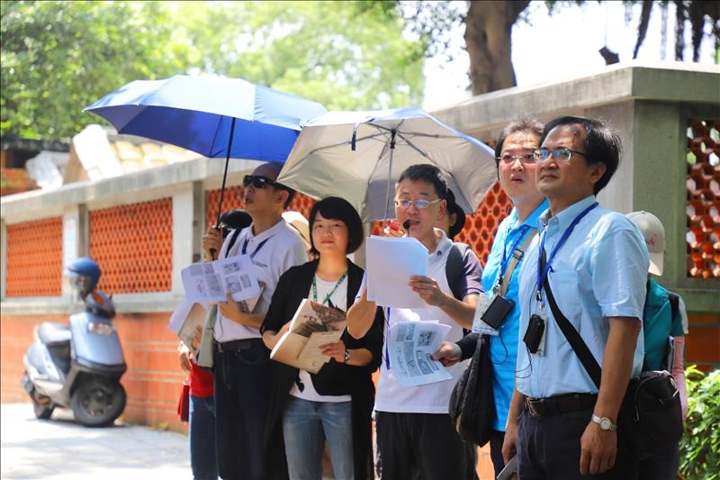 淡水文化資源推廣工作室吳峻毅先生及淡水好生活計畫協同主持人涂敏芬老師共同帶領歷史導覽活動
