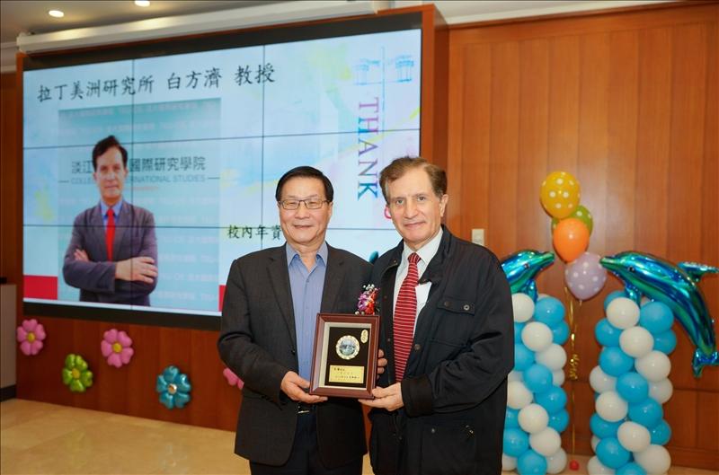 107學年度第1學期榮退茶會,葛煥昭校長(左)致贈感謝牌給退休同仁白方濟教授(右)。