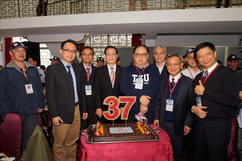 系所校友總會林健祥總會長準備了驚喜活動,祝賀戰略研究所成立37周年,特別送上生日快樂蛋糕以為祝賀。(馮文星拍攝)