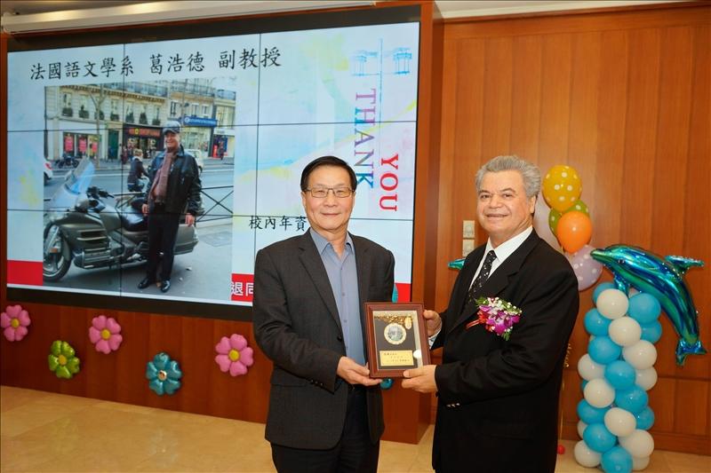 107學年度第1學期榮退茶會,葛煥昭校長(左)致贈感謝牌給退休同仁葛浩德副教授(右)。