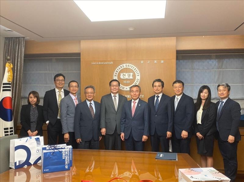 16-本校訪問團與韓國漢陽大學校長等與會主管合影(國際處提供)