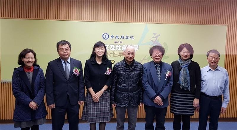 蔡振興教授(右三)與中研院副院長黃進興及其他獲獎者合影。(圖/英文系提供)