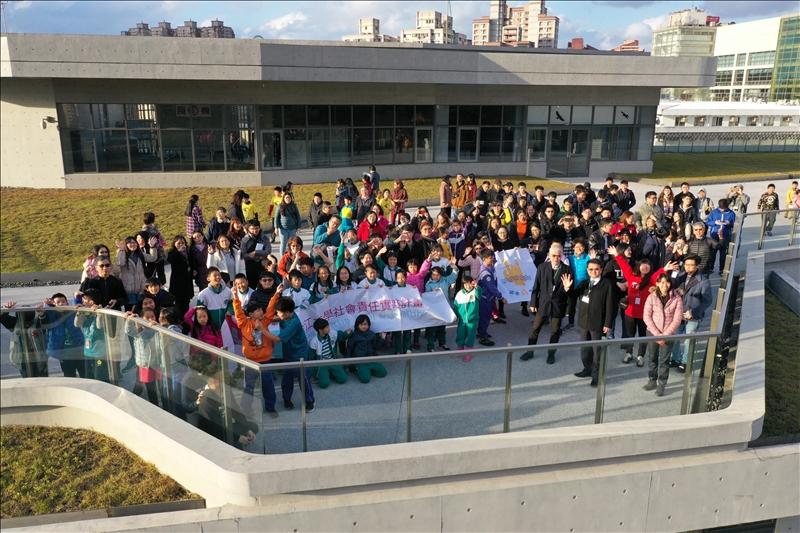 活動結束後全體人員於守謙國際會議中心頂樓進行空拍合影