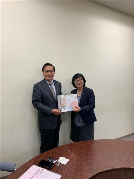本校葛煥昭校長致贈禮品給日本姊妹校東京外國語大學林佳世子校長