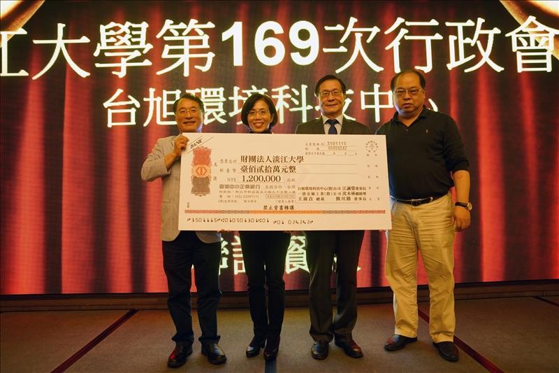 校友共同捐贈新台幣120萬元獎學金,其中之一為德金屬公司沈木林總經理(左1)及蔡賢淑副總經理總裁(左2,西語系校友)伉儷。