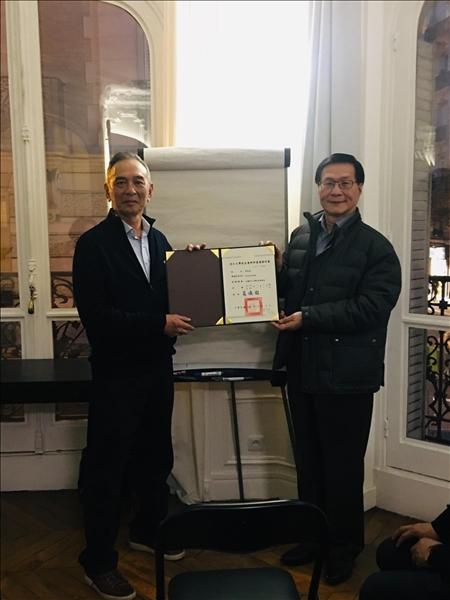 108年3月10日葛煥昭校長參加在法國巴黎所舉辦的淡江大學法國校友聯誼會,並頒發會長當選證書給李政益校友。