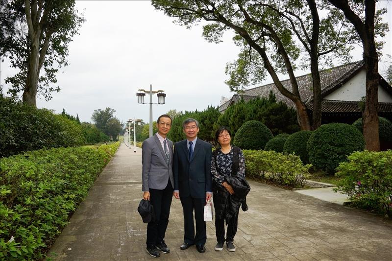 -108年2月26日參觀淡水校園宮燈教室,左起:蔡宗儒院長、Dr. Hoang Pham、吳淑妃教授。