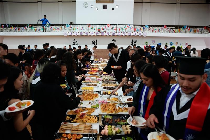 2019境外生畢業典禮會後,國際處在會場提供自助餐會,讓畢業生及家長享用。