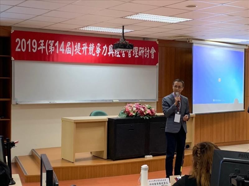 「第14屆提升競爭力與經營管理研討會」之1,商管學院蔡宗儒院長致詞(企管系拍攝)