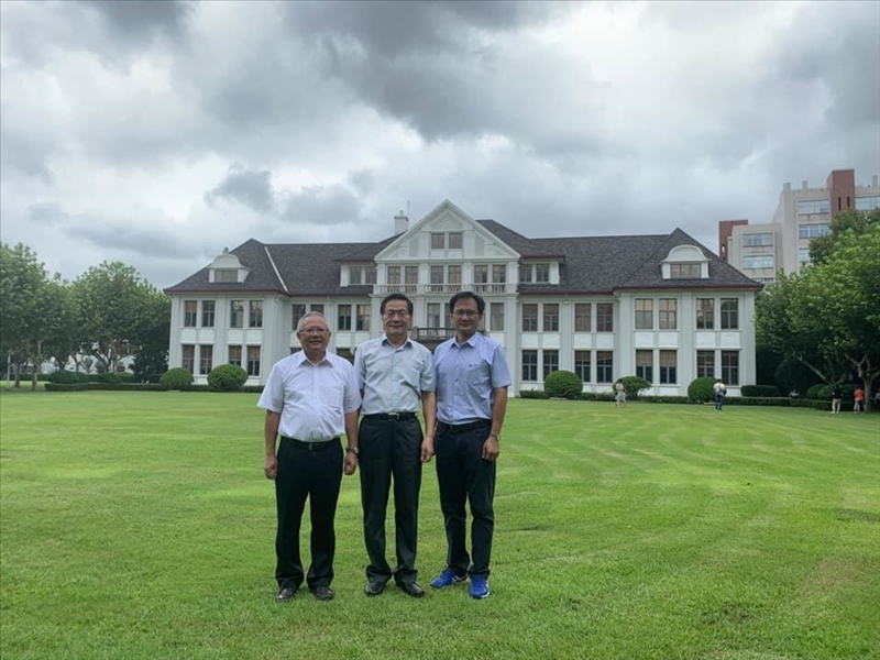 9-葛煥昭校長(中)、林志鴻副校長(左)及陳逸政體育長(右)攝於上海復旦大學校園