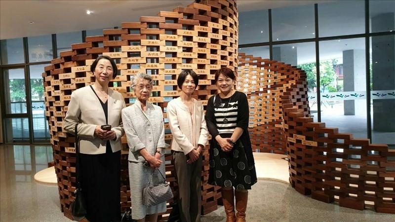 日本姊妹校津田塾大學一行3人參觀守謙國際會議中心,在百萬磚芳名牆前方合影,左起:校長高橋裕子(TAKAHASHI Yuko)、理事(前校長)飯野正子(IINO Masako)、秘書計良真弓子(KEIRA Mayuko),由本校國際處林恩如秘書接待(右1)。