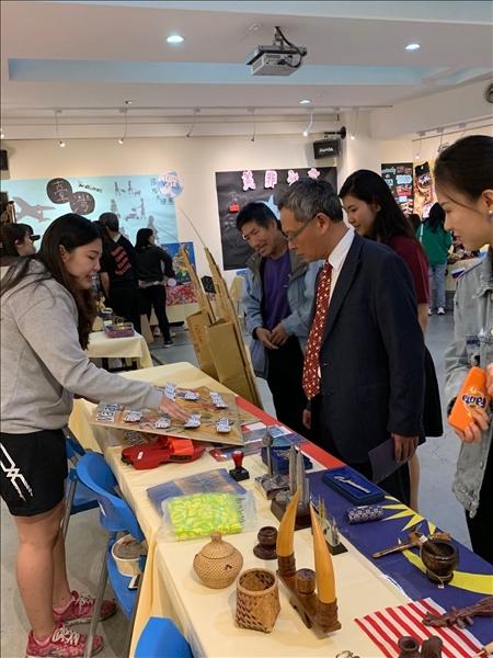 各國境外學生向參觀者介紹所屬國家文物。(2)