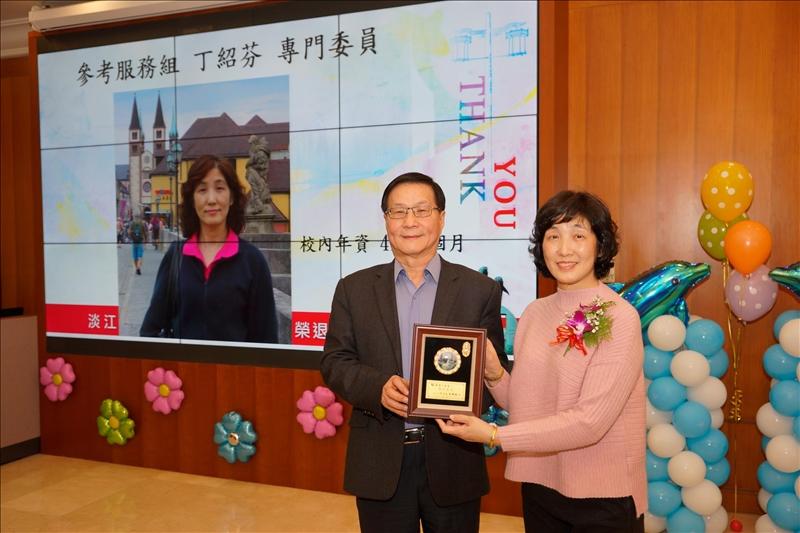 107學年度第1學期榮退茶會,葛煥昭校長(左)致贈感謝牌給退休同仁丁紹芬專門委員(右)。
