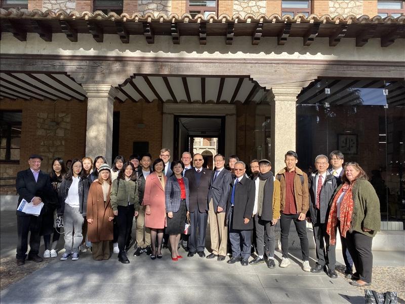 19-本校訪問團與目前在西班牙姊妹校阿爾卡拉大學進行大三生留學研習的本校學生合影