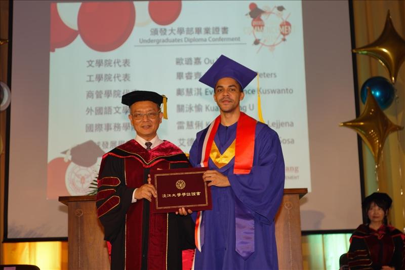 王副校長頒發大學部境外生畢業證書